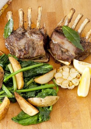 Lamskarbonade met gepofte knoflook en spinazie